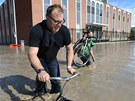 Muž na kole v postiženém Calgary