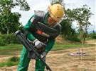 Třicetiletá Chit Saya ukazuje, jak vyhledává pomocí detektoru nášlapné miny.