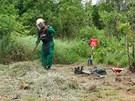 Jeden z pracovníků organizace MAG International u kambodžské vesnice Thnal Bat