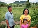 Obyvatelé vesnice On Chhoeu Kram před obdělanými poli, ještě před pár lety to