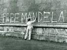 OSVOBOĎTE MANDELU. Jihoafrický rasistický režim ho zavřel, jeho myšlenky však...