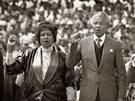 KONTROVERZNÍ WINNIE. Mandela se svou druhou manželkou Winnie během shromáždění...