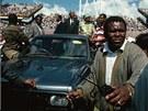 PRVNÍ VŠERASOVÉ VOLBY. Mandela se během prvních demokratických voleb v JAR v...