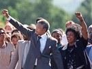 PŘELOMOVÝ MOMENT. Nelson Mandela s tehdejší manželkou Winnie zdraví své...