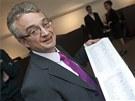 Marek Benda ukazuje 101 podpisů poslanců, kteří podporují, aby vznikla vláda