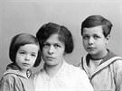 (P)  Mileva Einsteinová se syny