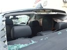 Pohled do vnitřku BMW po nárazu motoráku. (22. června 2013)