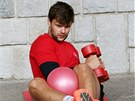 Marek Zagrapan posiluje břišní svaly.
