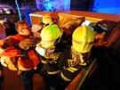 Mu� vlezl do kontejneru na oble�en�, ven mu ale museli pomoct hasi�i.