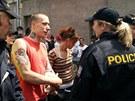 Policie kontroluje ��astn�ky demonstrace. (22. �ervna 2013)