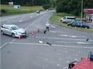 Motorkář i jeho stroj po srážce skončily mimo silnici.