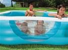 Malý bazén s okénky si užijí hlavně děti. Dospělí se rádi přidají.