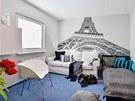 Pokoj syna zdobí část Eiffelovy věže, kterou podle návrhu Markéty na stěnu