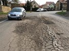Silnice ve Slánské ulici v obci Smečno na Kladensku je v katastrofálním stavu.