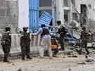 Vy�et�ovatel� a voj�ci p�ed komplexem OSN v Mogadi�u, na kter� za�to�ili