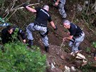 Policist� se spolu se zdravotn�ky a voj�ky spou�t�li po lanech do str�e, aby