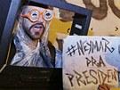 Demonstrant v Porto Alegre navrhuje na prezidenta fotbalového hráče Neymara.