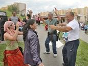 Zatímco na sídlišti se sešli místní Romové, bílí obyvatelé protestovali na