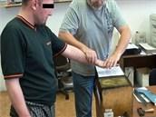 Kriminalista snímá již pětkrát trestanému recidivistovi otisky prstů.