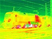 Snímek z termokamery, ukazující prohřátí jednotlivých částí lokomotivy po