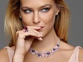 Nápadné šperky zdobené výrazně zbarvenými drahokamy v poslední době válcují...
