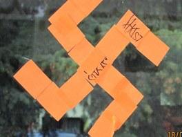 Na zastávce v Lipské ulici v Chomutově se hákový kříž objevil v noci na 18.