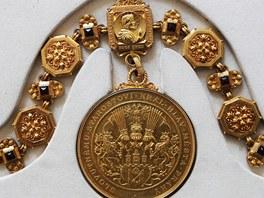 Detail lícní strany medailonku na řetězu pražského primátora z roku 1897. Je