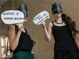 Členové sdružení Kunsthalle v maskách netopýřího muže mlčky protestovali proti...