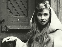 Here�ka Marie VIkov� jako Smrt u dve�� m�rnice ve h�e Jit�n� pan� v roce 1974.