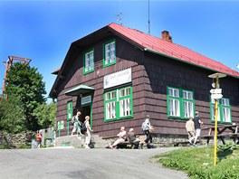 K turistické chatě na Velkém Javorníku každoročně vystoupá až třicet tisíc