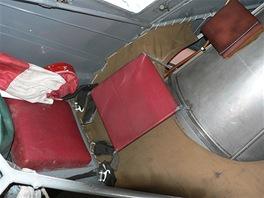 Nouzové sedadlo pro mechanika při přeletech. Místu se říká trucovna, protože
