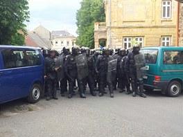 Policist� vytvo�ili barik�du, aby extremist� ne�li napadnout Romy z n�m�st�