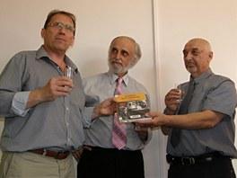 Na snímku ze křtu knihy je syn známého vynálezce Tomáš Sousedík mezi oběma
