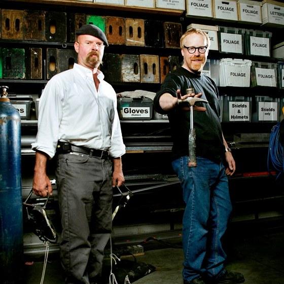 Jamie Hyneman (vlevo) a Adam Savage jsou známí jako Bořiči mýtů (Mythbusters)...