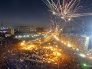 Ohňostroj nad Tahrírským náměstím během statisícových protestů proti Mursímu