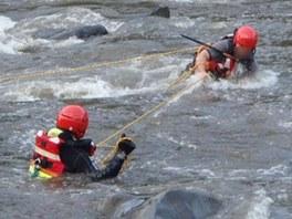 Když si rybář nasadil vestu a přilbu, přitáhl ho hasič k sobě. (29. června 2013)