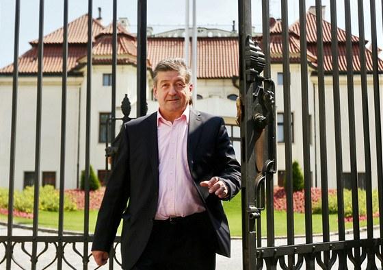 Jiří Cienciala odchází z Kramářovy vily, kde jednal s premiérem Jiřím Rusnokem