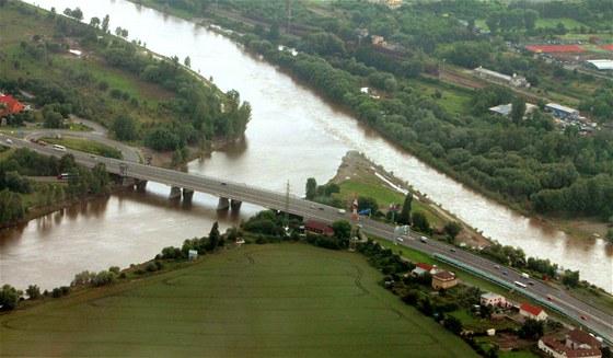 Most přes Berounku před soutokem s Vltavou. Ano, užší tok vpravo je skutečně...
