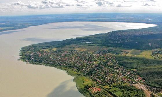 Na fotografii to není tak vidět, ale voda maďarského moře, jak se Balatonu...