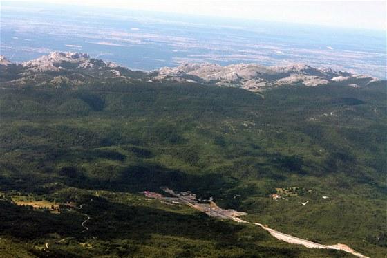 Tady se dálnice zakusuje do hor. Šedomodré skvrny za horami už jsou chorvatské...