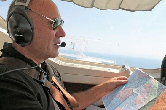 Jiří Pruša nad mapou při letu nad Chorvatskem