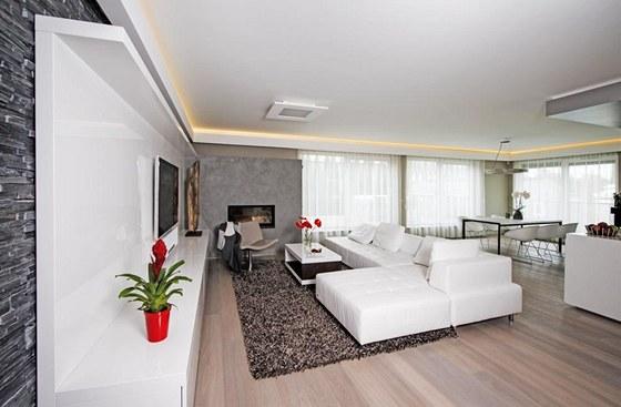 Odpočinkovou zónu osvětluje stropní svítidlo značky Eco-design. Centrem je