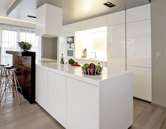 Kuchyňská sestava nábytku je zhotovená z MDF desky lakované do vysokého lesku a