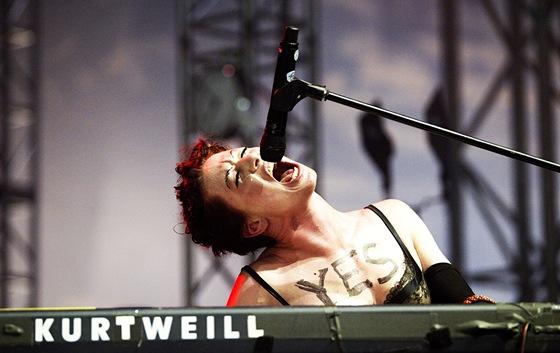 Amanda Palmer na festivalu Rock for People hrála i na klávesy. (2. července