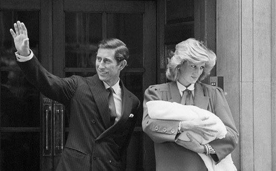 Princ Charles a princezna Diana s jejich druhým synem Harrym (16. září 1984)