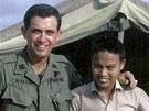 Americký lékař Sam Axelrad, Nguyen Quang Hung a jeho ruka v lednu 1967