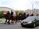 Policejní hlídky na koních projíždějí českobudějovickým sídlištěm Máj (6.