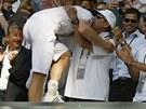 DÍKY, IVANE! Britský tenista Andy Murray objímá Ivana Lendla, svého kouče.