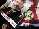 Plakáty Mursího stoupenců, kteří se v úterý sešli na předměstí Káhiry (2.