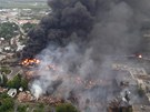 V Kanadě vykolejil vlak s ropou a explodoval. Kouř stoupal stovky metrů vysoko.